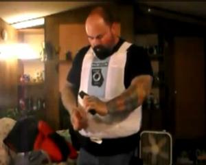 VIDEO: Πυροβόλησε τον εαυτό του στο στομάχι για να τεστάρει το αλεξίσφαιρο! :: Mediagate